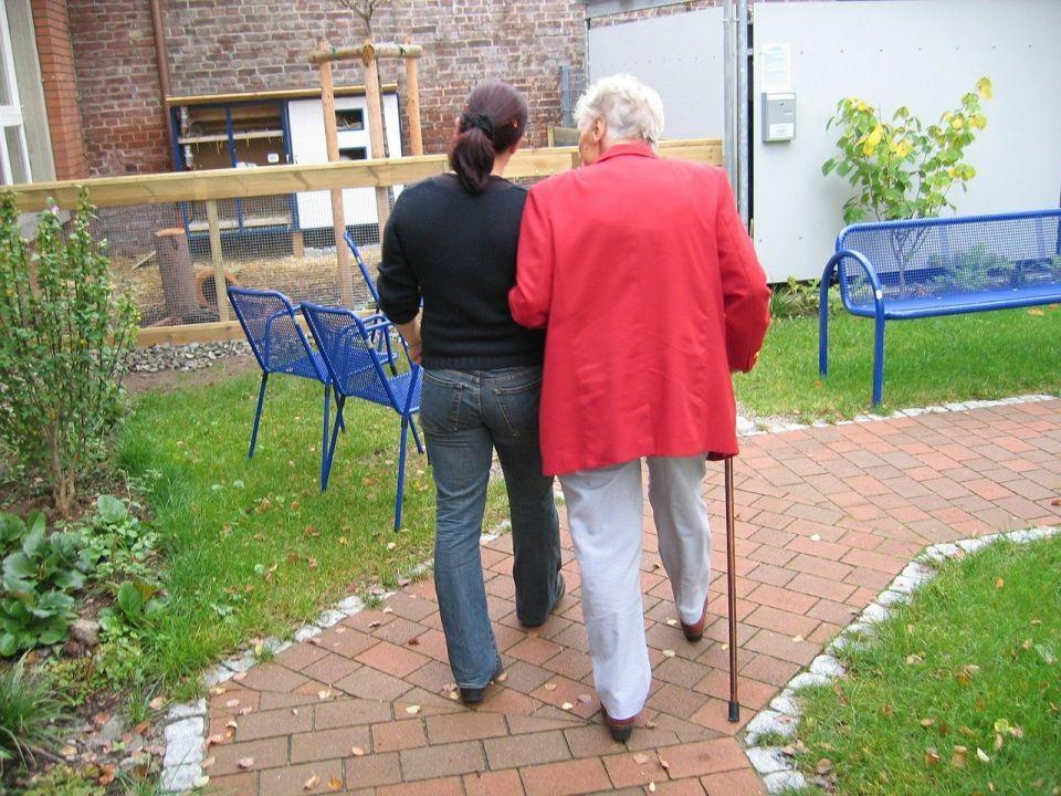 24-Stunden-Pflegehilfe selber anstellen oder agentur?