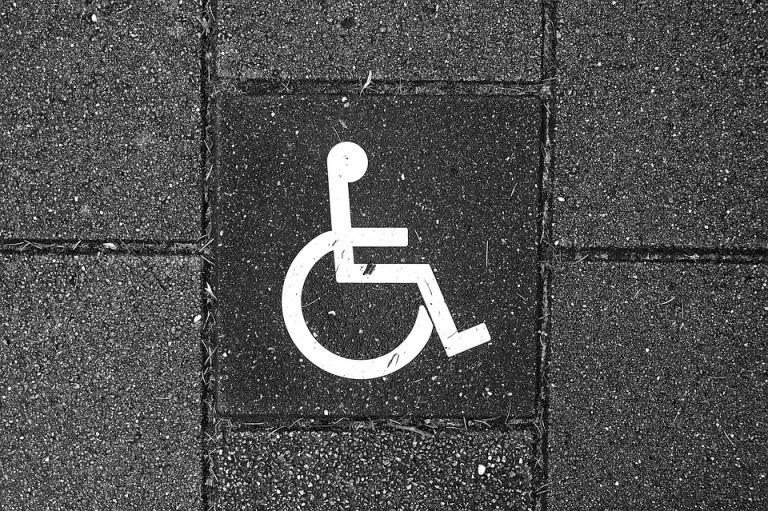 Rollstuhl schieben