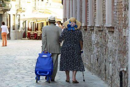 gewohnt-mobil mit einem Einkaufstrolley